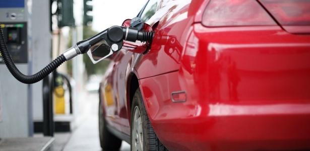 midia-indoor-carro-automovel-gas-oleo-abastecer-alcool-gasolina-viagem-viajar-automovel-custo-preco-valor-economia-despesa-refinaria-combustivel-mangueira-posto-poluicao-1271281399925_615x300