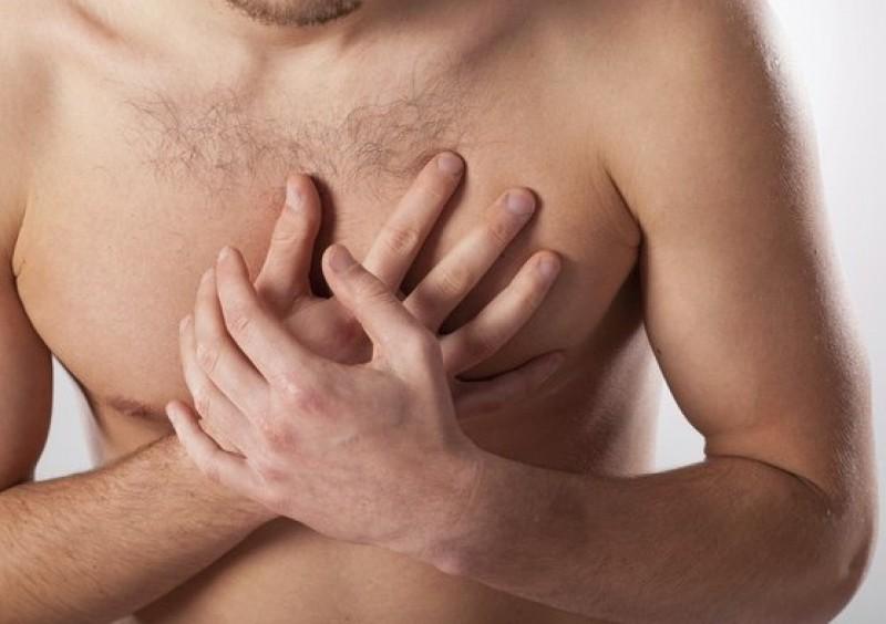 homem com a mão no coração